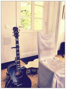 Gitarrevon Hochzeitssängerin Julie