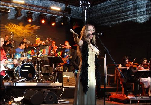 Julie mit kleinem Orchester buchen