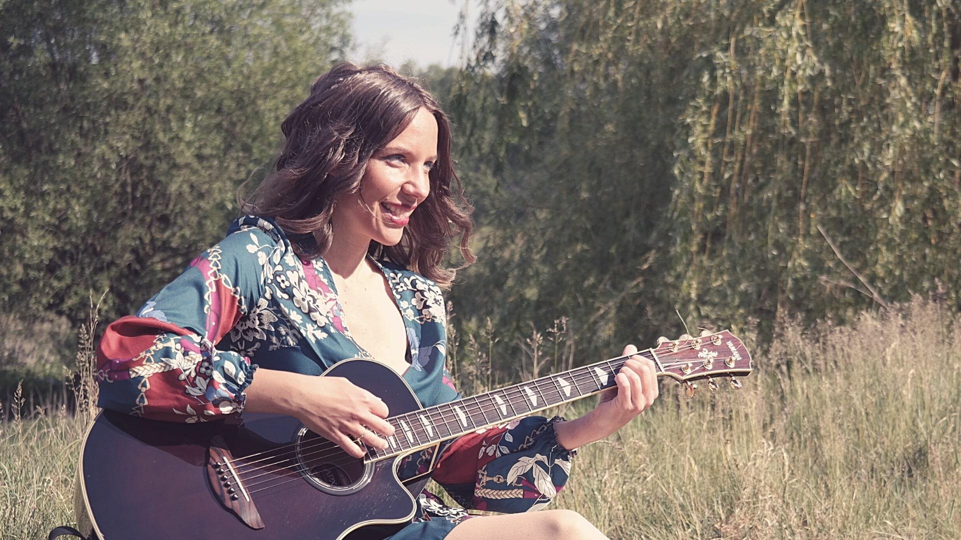 Saengerin-nrw-saengercoach-hochzeitssaengerin-nrw-Gesangslehrerin-Julie-Wnuk